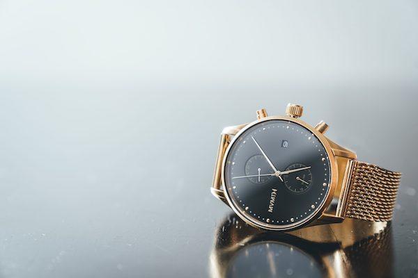 Złoty zegarek na bransolecie typu mesh - skracanie zegarka